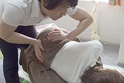 腰痛、坐骨神経痛などに効果のある施術の様子