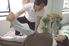 骨盤矯正、骨格のバランスに効果のある横浜ホーム整体『Happy Style』の施術の様 子