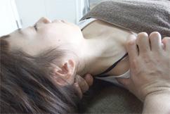 肩こり、首の痛みに効果のある横浜ホーム整体Happy Styleの施術の様子